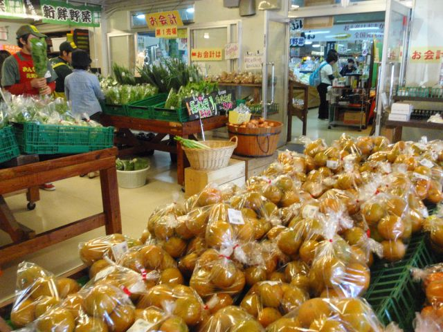 新鮮な野菜やフルーツの販売