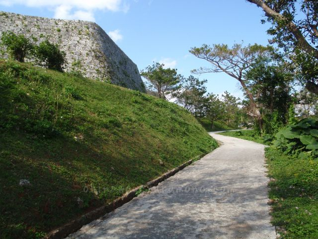 座喜味城公園内の散歩コース
