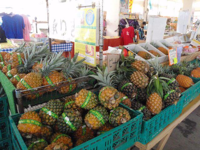 季節の野菜や果物を販売