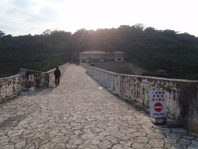 金城ダム堤体上部の歩道