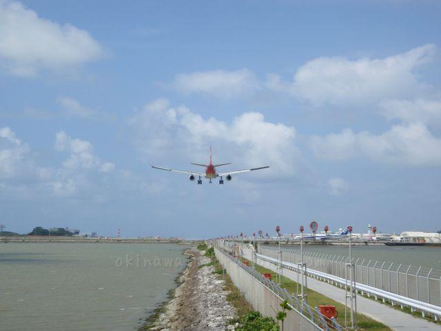 瀬長島で飛行機の離発着見学