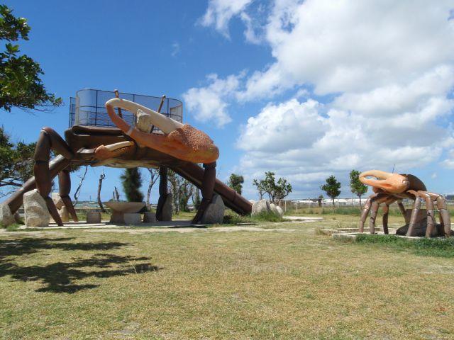 公園には巨大なカニの滑り台